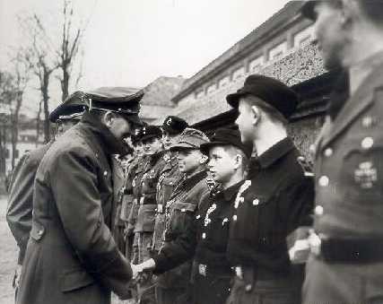 "Alfred gratuleres av ""Der fuhrer"". Foto:Bundesarchives"